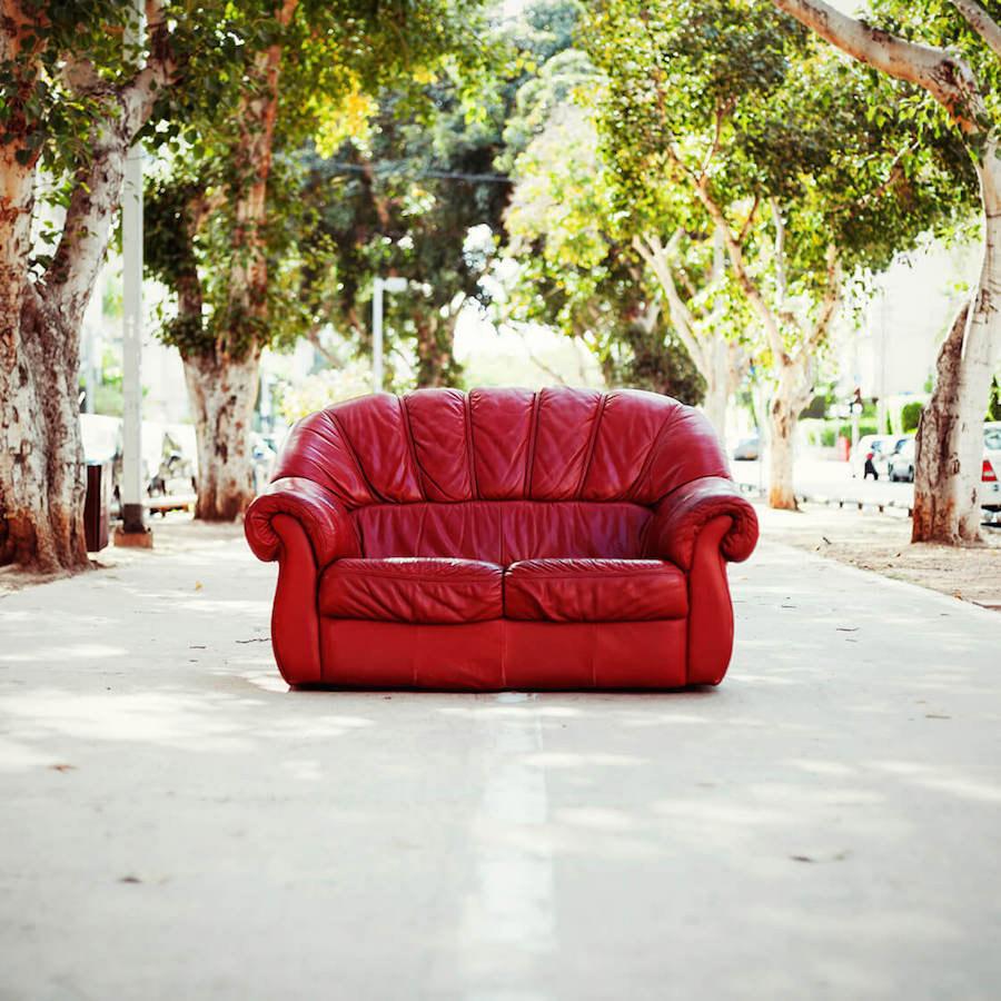 Ein rotes Sofa
