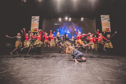 Moderator Siva tanzt mit Teilnehmern