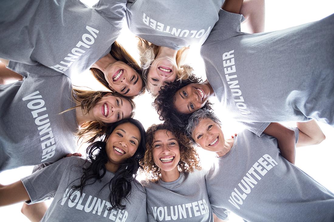 Eine Gruppe von Frauen trägt ein Team-Shirt:
