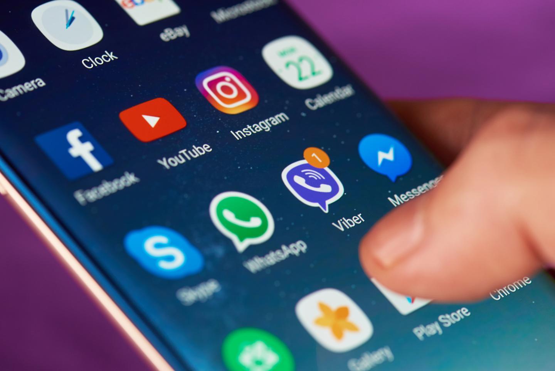 Zahlreiche App-Symbole auf einem Smartphone-Display