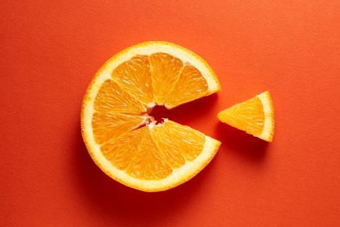 Orangenscheibe als Symbol für Vitamin C.