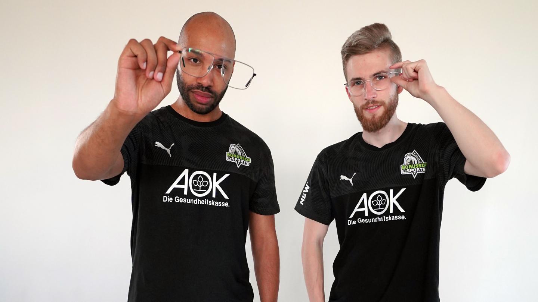 Yaya Blank und ein Spieler des E-Sports-Teams Borussia Mönchengladbach