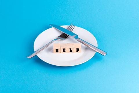 Teller ohne Essen, auf dem Help steht
