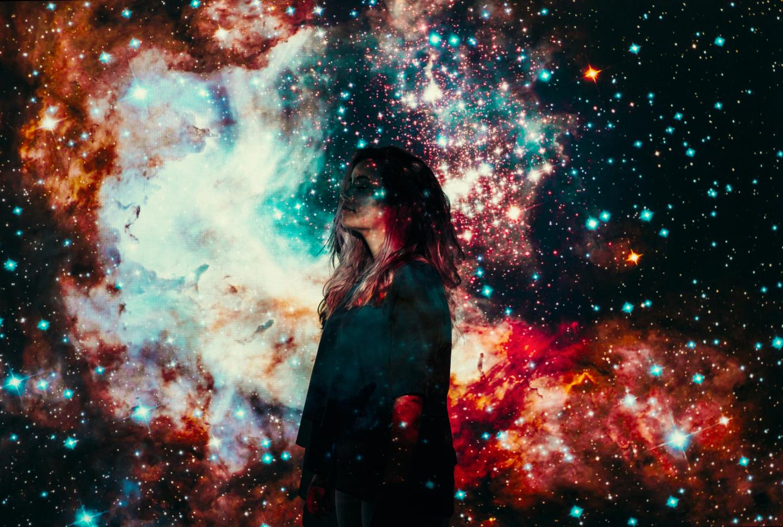 Frau vor beleuchtetem Hintergrund
