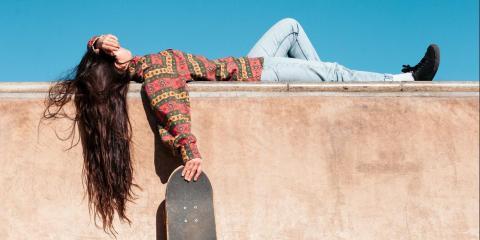 Skater Girl schläft auf Mauer