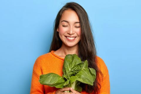 Junge Frau hält Gemüse