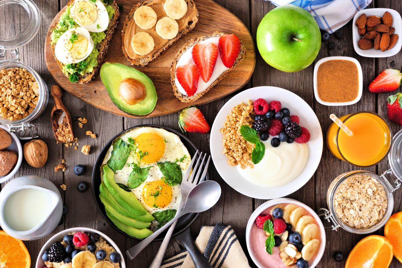 Frühstücks-Tisch von oben mit vegetarischen Gerichten